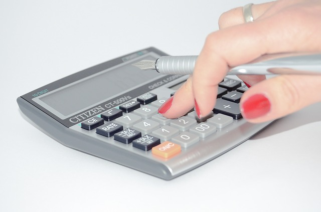 stříbrná kalkulačka