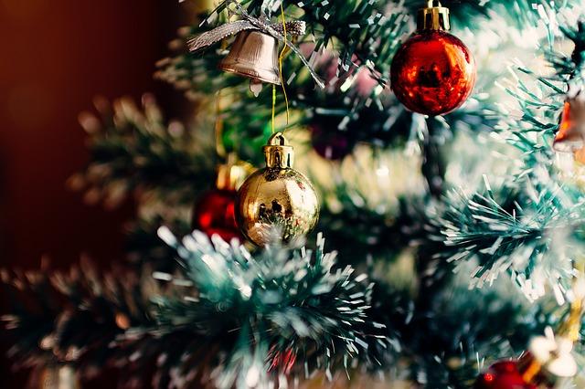vánoční stromek a ozdoby.jpg