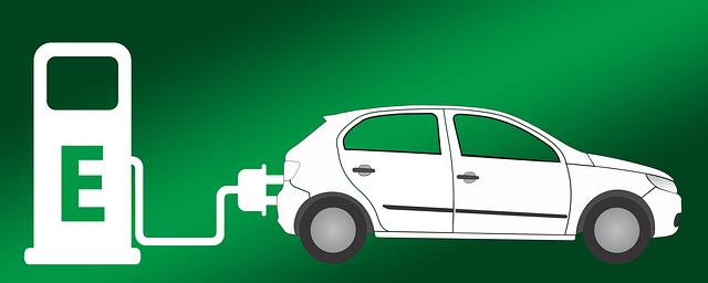 elektrické auto u čerpací stanice