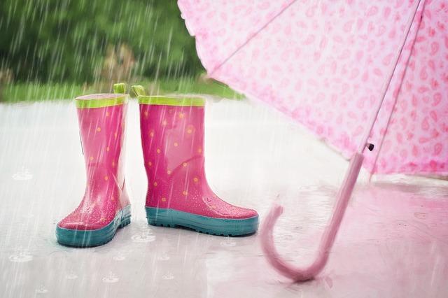 holinky a deštník v dešti